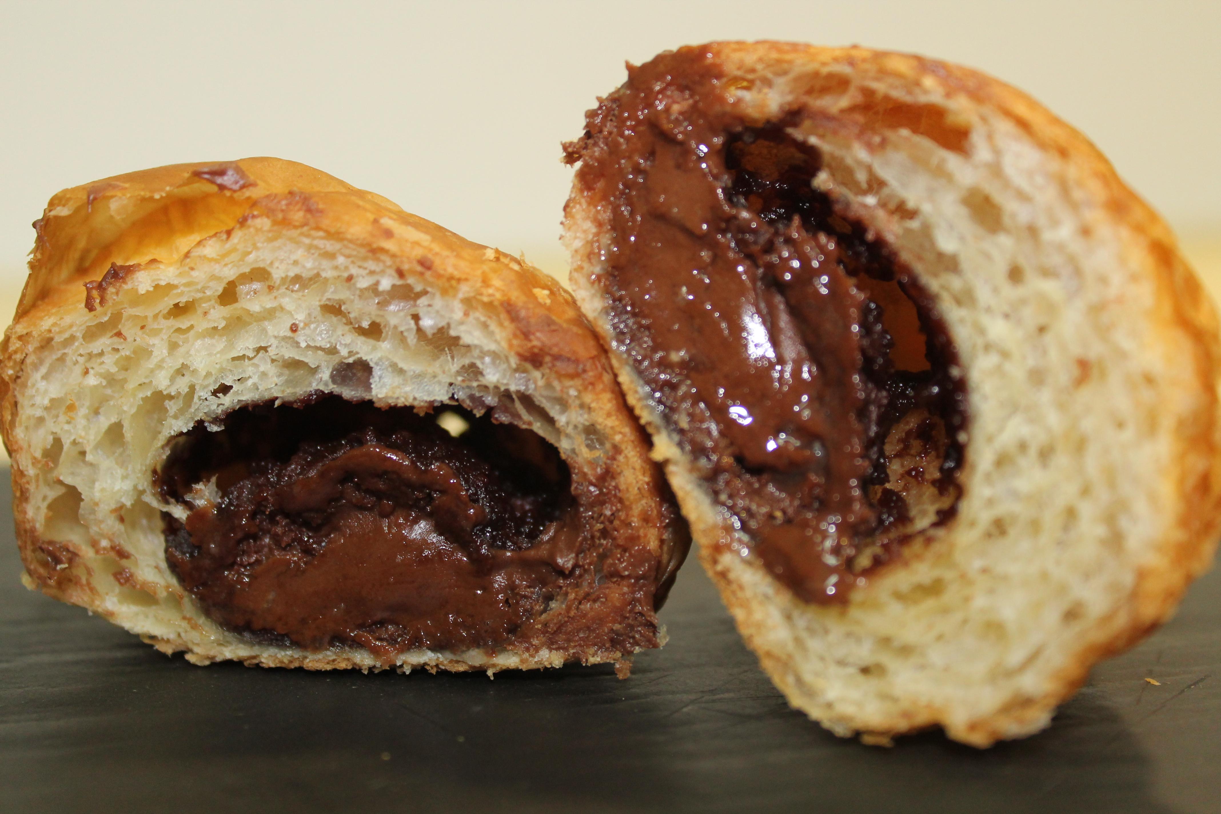croissant inyectado de chocolate, barrita y choco blanco